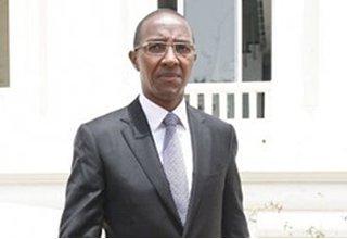 Abdoul Mbaye, décoré par la France