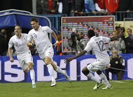 Sport : La France bat l'Italie par 2 buts à 1.