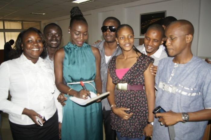Coumba Gawlo en train de signer des autographes à ses fans guinéens.