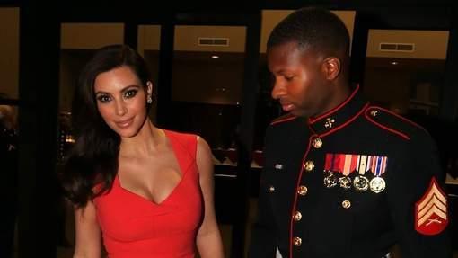 Un Marine pris les yeux dans le décolleté de Kim Kardashian