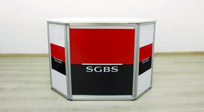 Alors qu'une partie de la direction fête les 50 ans de la SGBS, des employés arborent des brassards rouges, boudent la fête et se donnent RV  vendredi pour une AG