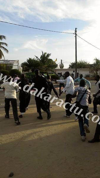 Dernière minute : affrontements entre militants de l'Apr et ceux du Pds devant la gendarmerie de Colobane.