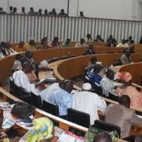 """Plénière pour le vote du budget du ministère de l'Energie : le député Sira Ndiaye scotché à sa tablette pour """"Facebooker""""."""