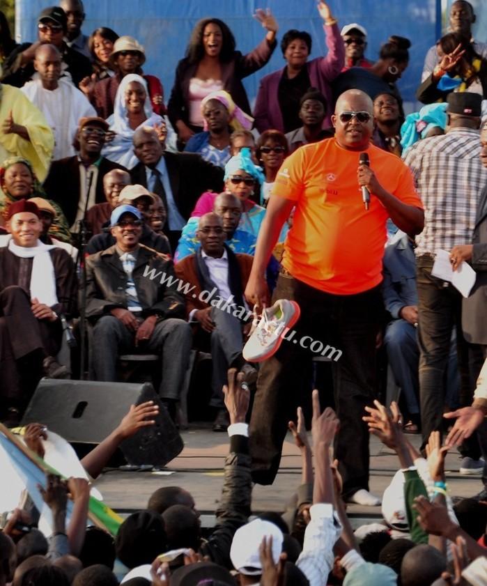 Demba Dia, offrant sa montre et ses chaussures sous les regards médusés de Karim Wade et Me madické Niang.