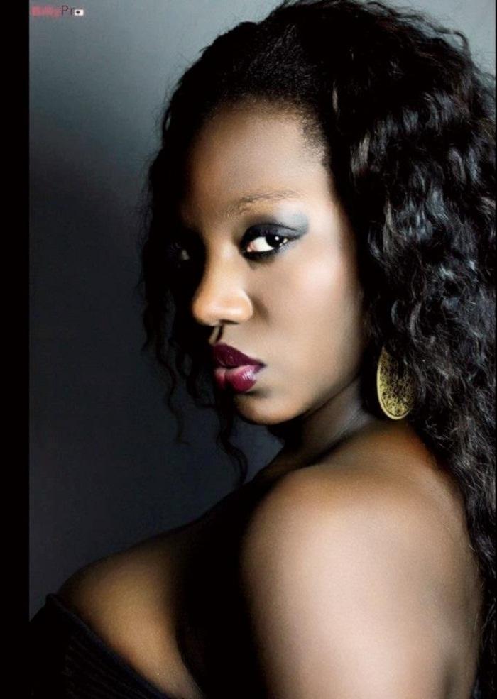 Le mannequin Samira Nicki Diop montre ses seins