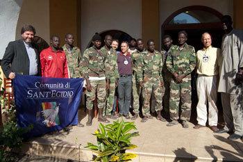 Les militaires accueillis à leur descente d'avion par le Président de la République.