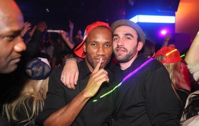 Didier Drogba s'éclate en boite de nuit avec un ami