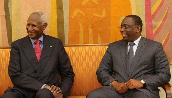Le président Abdou Diouf très heureux d'etre  reçu par Macky Sall. Ils affichent tous les deux un grand sourire