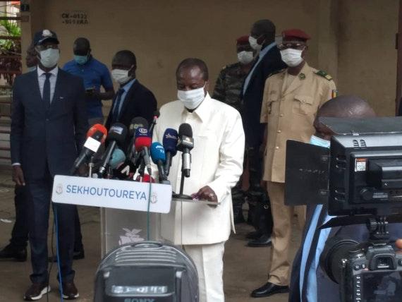 Guinée : Après avoir voté, Alpha Condé appelle au calme.