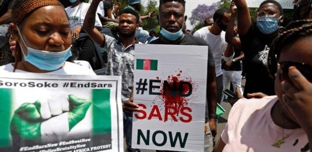 Vive répression de la contestation au Nigéria : La communauté internationale exige l'arrêt des tueries, tandis que les manifestants exigent la démission du président.