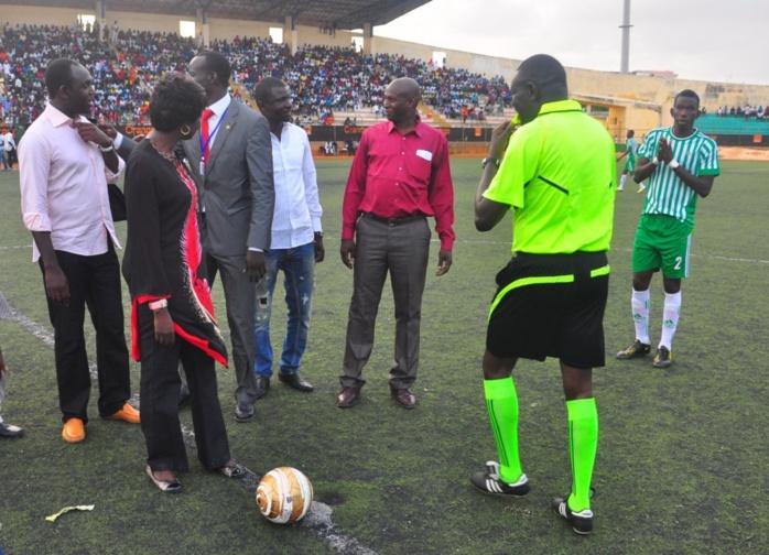 Adama Faye,  le frère de la Première Dame, Marième Faye avec Mimi Touré, ministre de la Justice au Stade