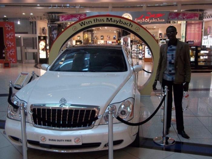 Objet de polémique à dakar, la Maybach mise en...jeu dans l'espace free shop de l'aéroport de Dubaï fait rêver notre confrère Johnson Mbengue