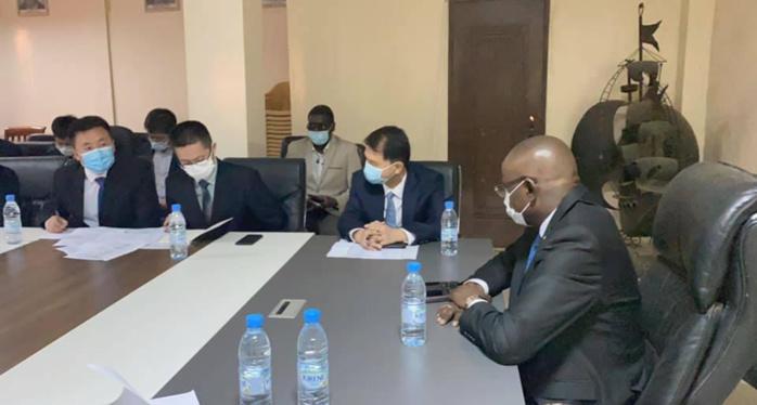 Réhabilitation Stade LSS : La délégation d'experts Chinois en charge des travaux à été reçue par le ministre des sports.
