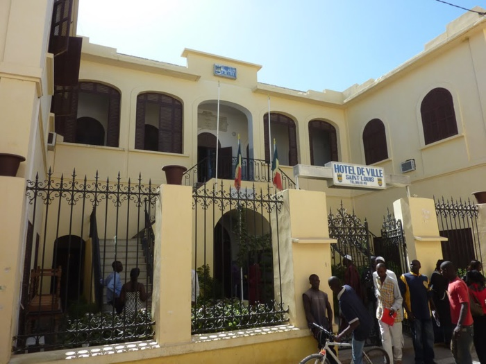 Saint-Louis / Rebaptiser l'avenue Général De Gaulle au nom de Macky Sall : Des Saint-Louisiens s'opposent à Mansour Faye et comptent investir la mairie.