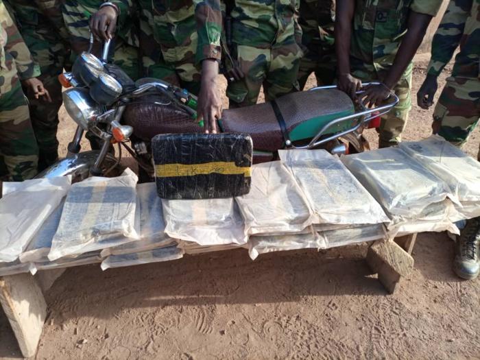 KHOSSANTO : 34Kg de chanvre indien saisis par les militaires du 34e Bataillon de Kédougou.