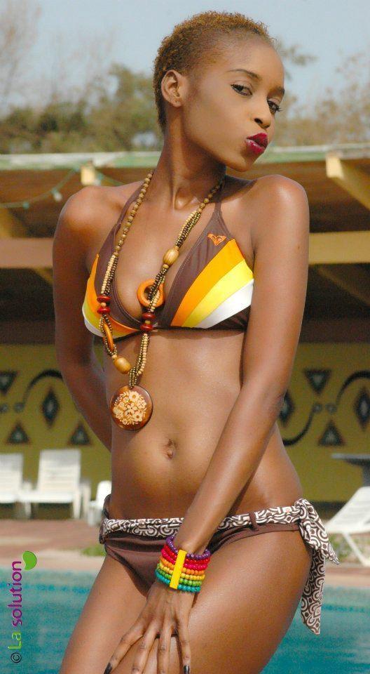 Le mannequin  Khady Fall en mode bikini