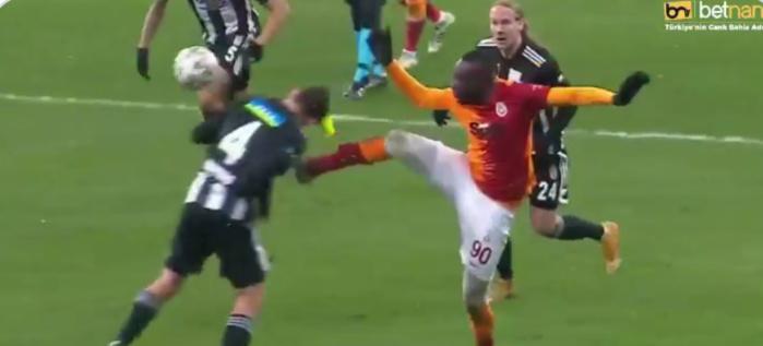 Super Lig / Galatasaray : Mbaye Diagne écope d'un carton rouge contre Besiktas.