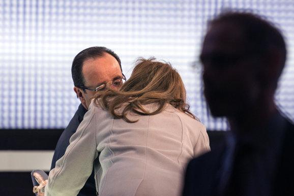 Quand Valérie Trierweiler embrasse François Hollande sur France 2