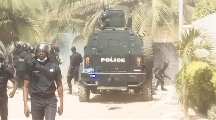 URGENT / Cité Keur Gorgui : La police disperse la foule devant chez Ousmane Sonko à coups de lacrymogènes, plusieurs arrestations et des blessés...