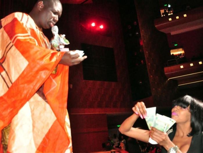 La jet-setteuse Amy Collé Faye offrant des billets de banque à Salam Diallo