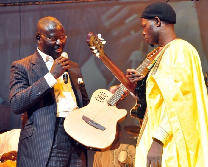 Babacar Gaye offrant une guitare à Pape