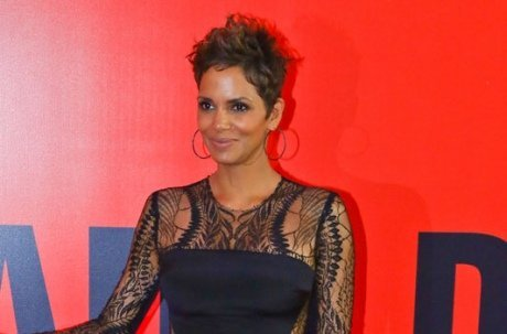 Halle Berry : son petit ventre moulé dans un robe sexy pour The Call