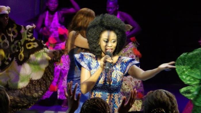 Adiouza en mode ndaanane à son concert