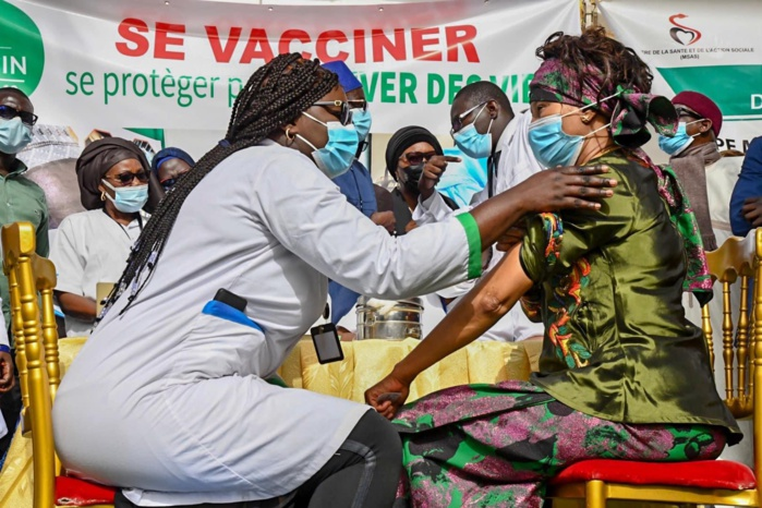 Lancement de la campagne de vaccination : Des ministres, directeurs d'hôpitaux et des médecins ont pris leurs premières doses.