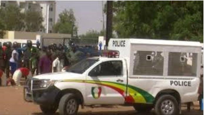 Arrestations des femmes patriotes: leurs camarades en mobilisation devant le commissariat de Dieuppeul réclament leur libération.