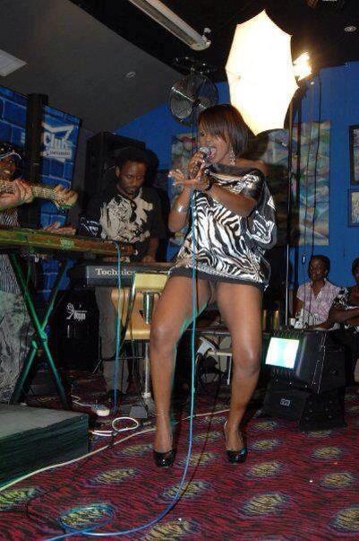 Une chanteuse qui montre ses parties intimes