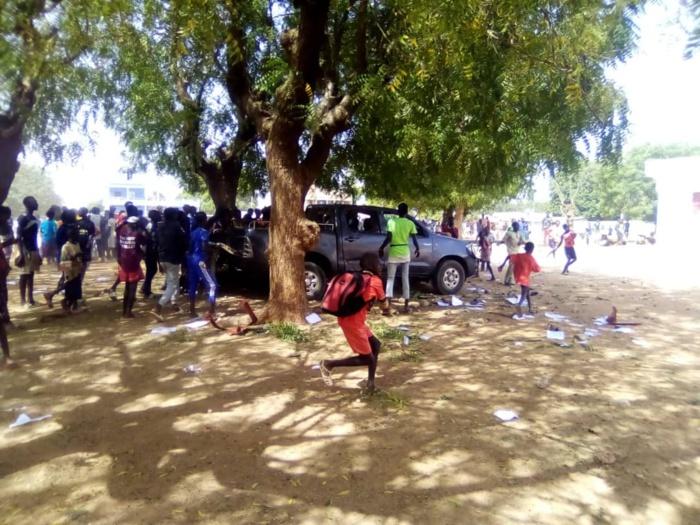 Nioro: Le conseil départemental saccagé par les manifestants... Un véhicule complètement détruit.