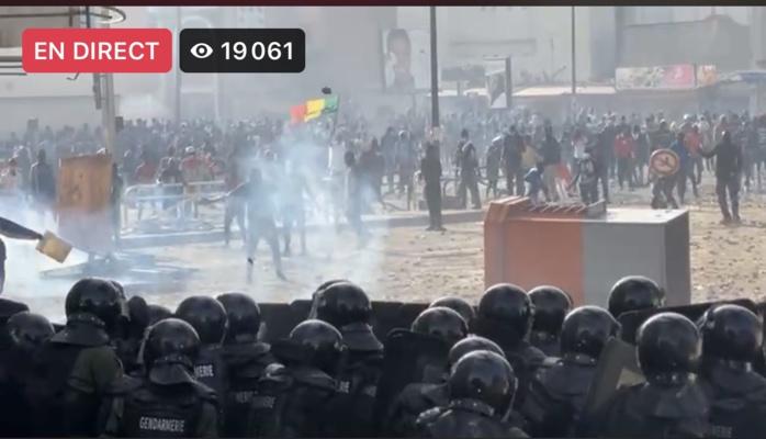 Allées du Centenaire : Les manifestants acculent les forces de l'ordre qui ont replié jusqu'à la porte de la caserne Samba Diery Diallo.
