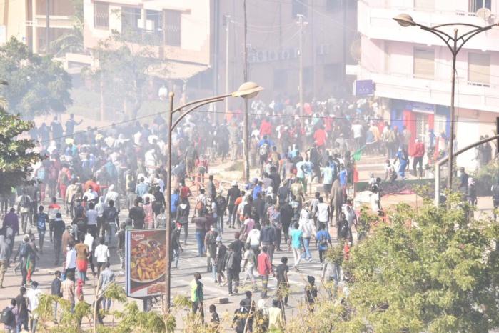 Nguékokh : Les manifestants brûlent des pneus sur la RN1.