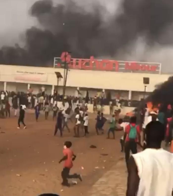 Urgent : Le magasin Auchan de Mbour vandalisé...