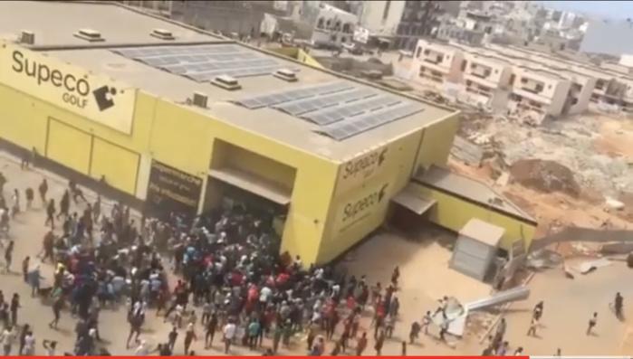 Manifestations : Spéculation sur des cas de viols de plusieurs filles au magasin « SUPECO » de Golf...
