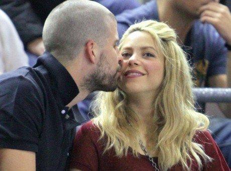 Shakira : match de basket avec son chéri très amoureux et fraîchement rasé !