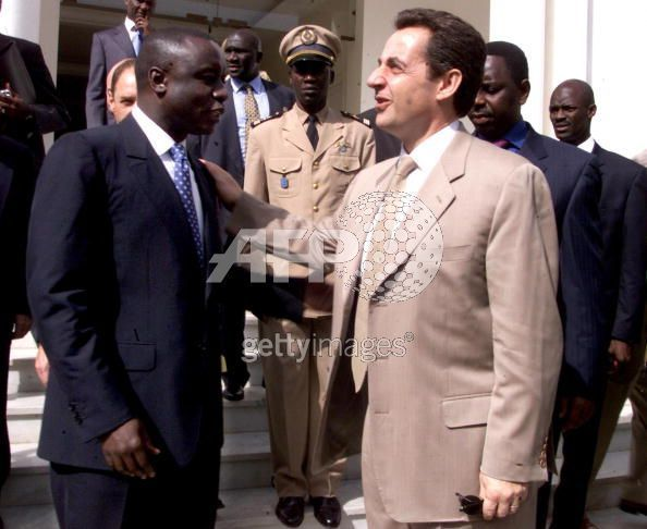 idrissa seck alors premier ministre raccompagnant nicolas sarkozy sous le regard biens 233 ant de