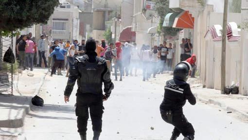 """Le Premier ministre tunisien dénonce un groupe """"terroriste"""""""