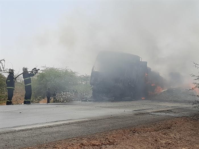 Kaolack / Sibasssor : Un camion transportant de la paille d'arachide prend feu et bloque la RN1.