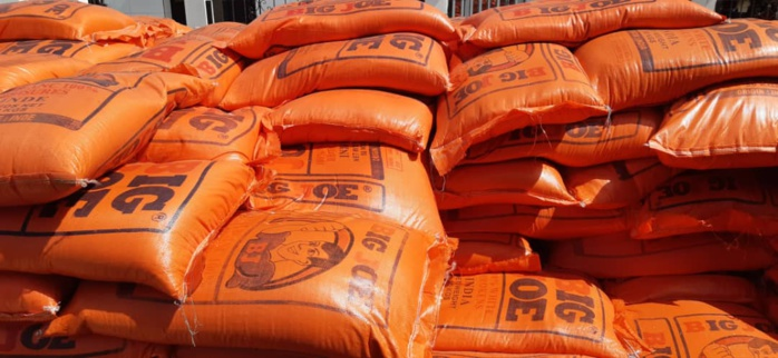 Sokone : Abdou Latif Coulibaly distribue des kits alimentaires aux populations.