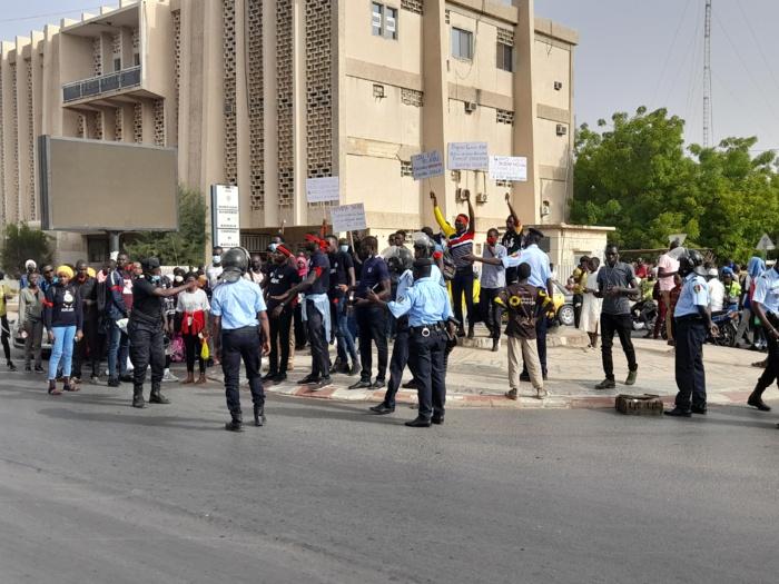 04 ans sans subvention venant de la mairie : Les 1.000 étudiants ressortissants de Kaolack à l'UGB barrent la RN1.