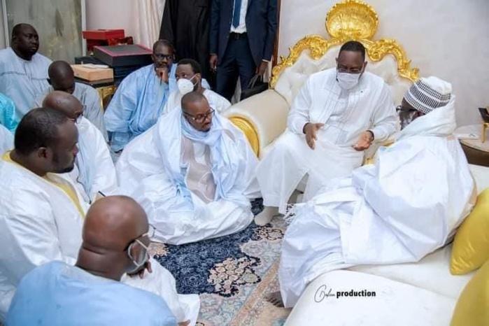 Touba) VISITE NOCTURNE / Le Président Macky Sall s'entretient présentement avec le Khalife Général des Mourides.