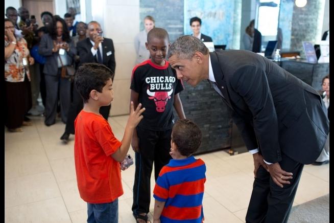 Barack Obama avec des enfants au Radisson Blu à Dakar