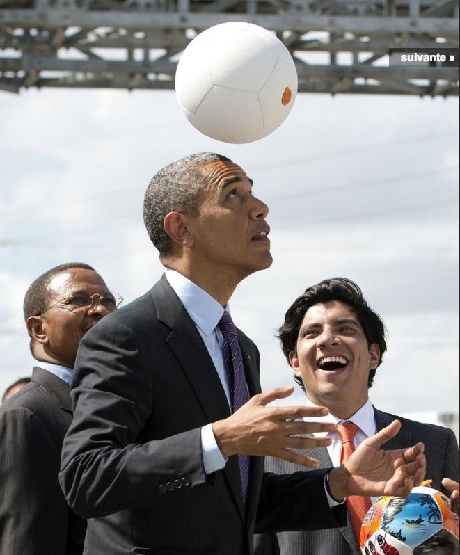 """Au dernier jour de sa tournée africaine, en Tanzanie, Barack Obama a essayé la """"socketball"""""""