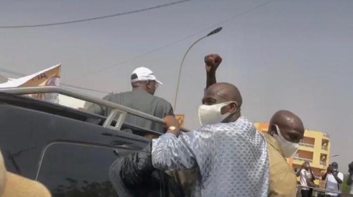 Kaolack : Le président Macky Sall serre la main de Mohamed Ndiaye Rahma avant de l'inviter à monter sur son véhicule.