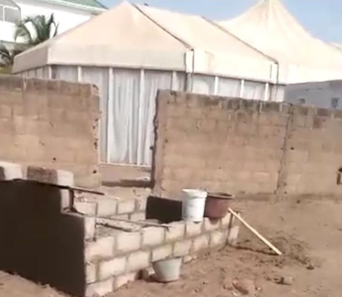 La tombe du défunt et la maison du guide à coté