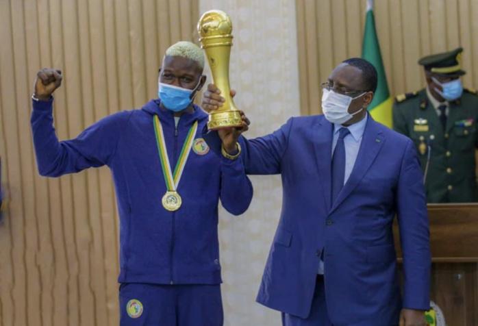 Récompense : Le président Macky Sall offre 10 millions à chaque Lion du Beach Soccer, et les élève au rang de chevaliers de l'ordre national du Lion.