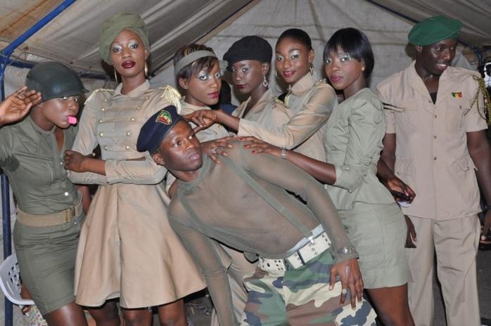 Des mannequins sénégalais déguisés en éléments de l'armée