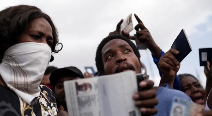 Des Haïtiens demandent l'asile, devant l'ambassade américaine de Port-au-Prince, ce vendredi 9 juillet — © REUTERS