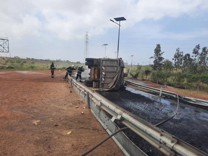 Autoroute / Axe Dakar-AIBD : Encore un camion qui se renverse et qui prend feu.